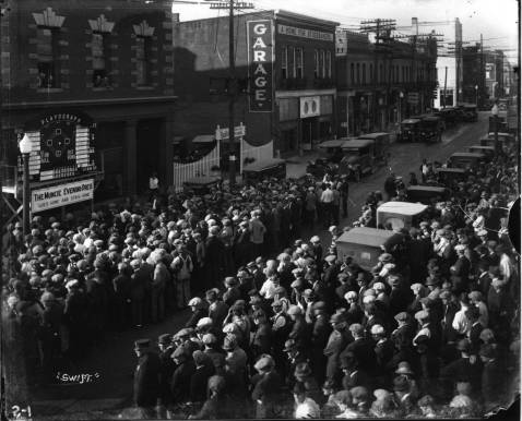 Playograph_in_front_of_Muncie_Evening_Press_Office_at_Jackson_and_High_preradio_news_of_World_Series_as_action_came_over_the_telegraph_sign_was_changed